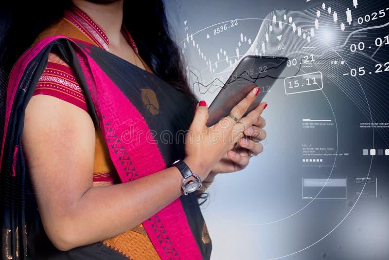 Bedrijfsvrouw die op smartphone kijken royalty-vrije stock afbeelding