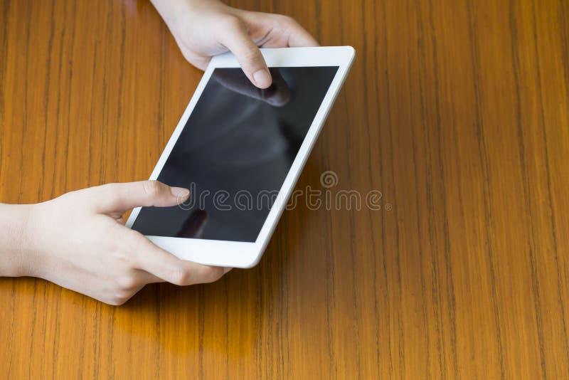 Bedrijfsvrouw die op tabletpc betrekking hebben royalty-vrije stock foto's