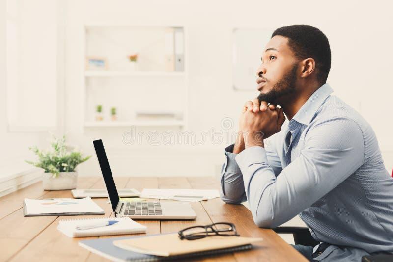 Bedrijfsvrouw die over succesvolle strategie denken stock afbeeldingen