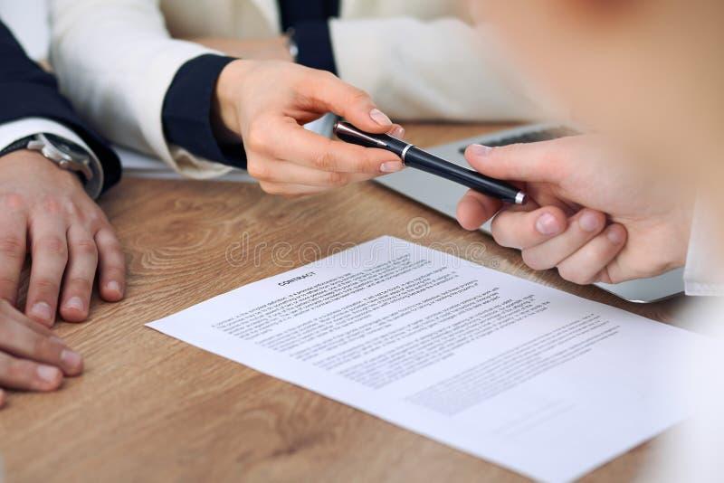 Bedrijfsvrouw die pen geven aan zakenman klaar om contract te ondertekenen Succesmededeling op vergadering of onderhandeling stock afbeeldingen