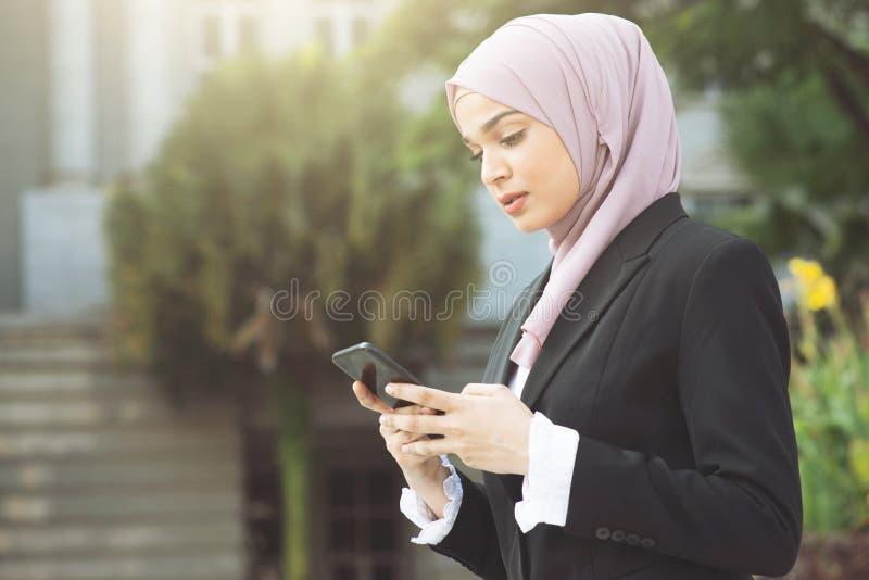Bedrijfsvrouw die slimme telefoon met behulp van royalty-vrije stock afbeeldingen