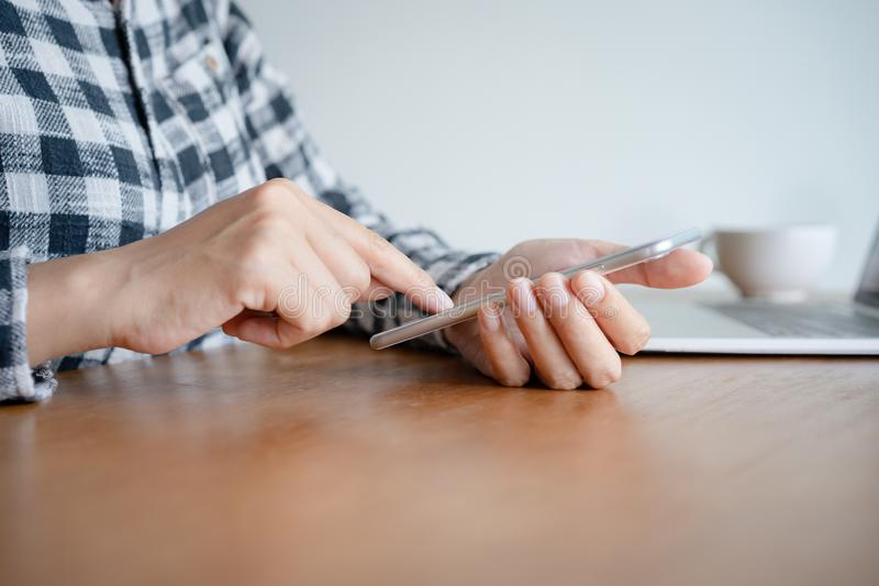 Bedrijfsvrouw die smartphone op bureau thuis bureau gebruiken Op de moderne lijst die hebben laptop werkt royalty-vrije stock afbeeldingen