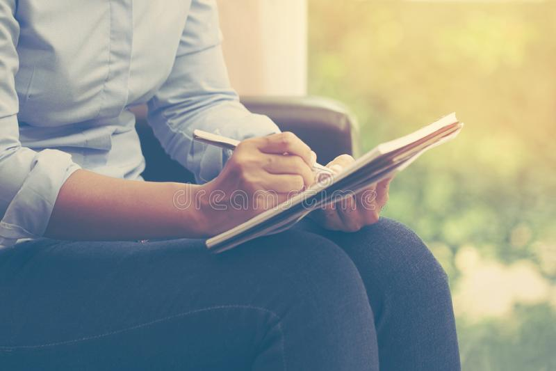 Bedrijfsvrouw die thuis bureau voor planning werken en o schrijven stock fotografie