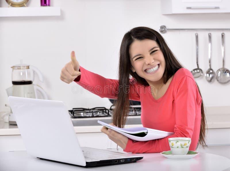 Bedrijfsvrouw die thuis werken stock foto's