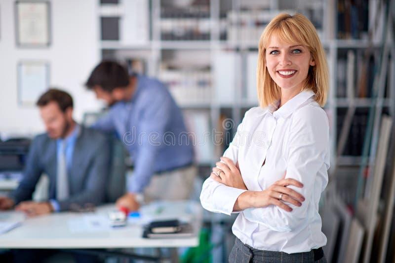 Bedrijfsvrouw die van succes genieten op het werk royalty-vrije stock foto
