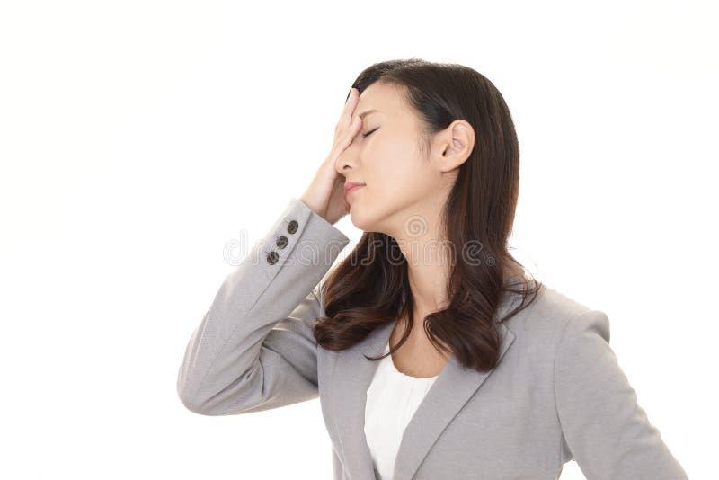 Bedrijfsvrouw die vermoeid is stock fotografie