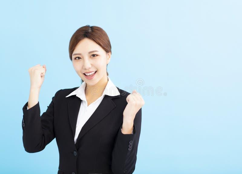 bedrijfsvrouw die winnaargebaar doen royalty-vrije stock afbeeldingen