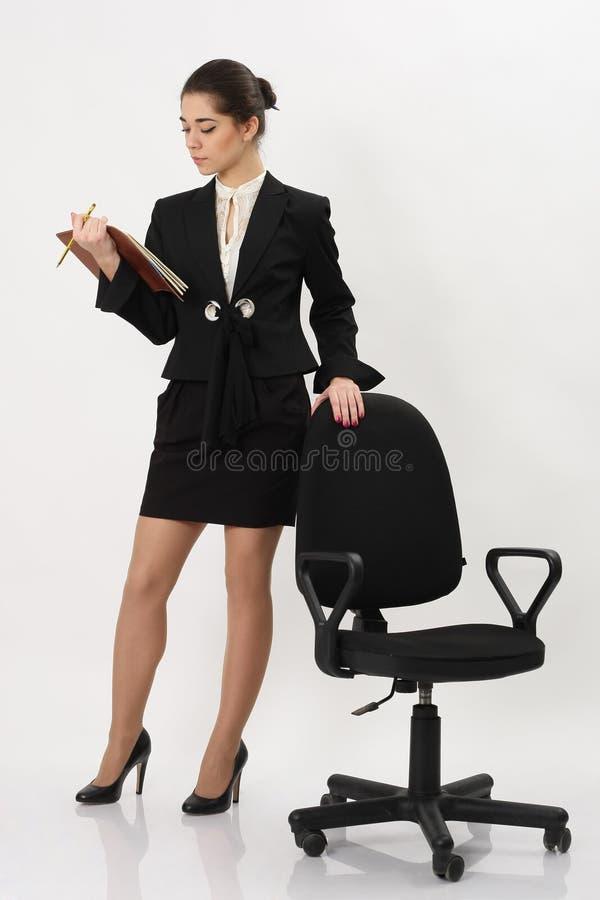 Download Bedrijfsvrouw Die Zich Dichtbij Bureaustoel Bevinden Stock Afbeelding - Afbeelding bestaande uit volwassen, persoon: 39110039