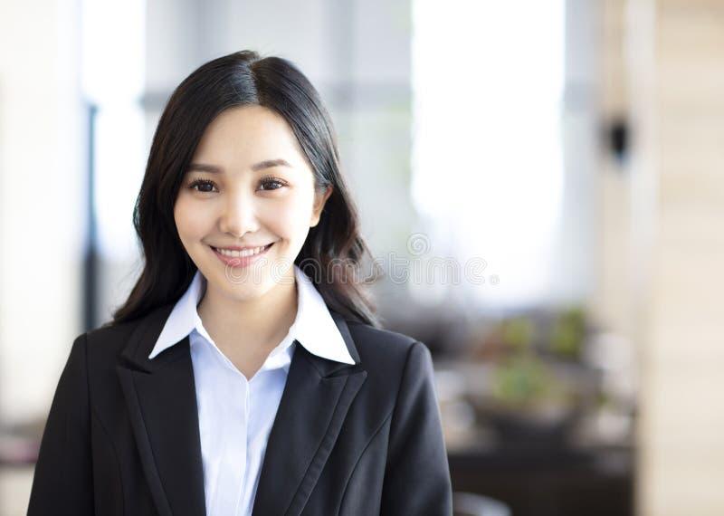 Bedrijfsvrouw die zich in het bureau bevinden stock fotografie