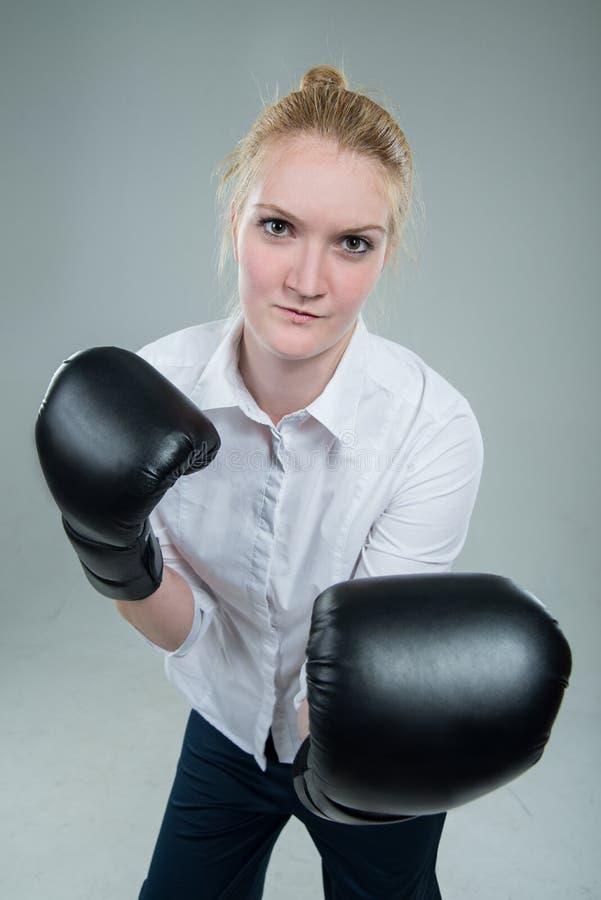 Bedrijfsvrouw in dooshandschoenen klaar te vechten royalty-vrije stock afbeeldingen