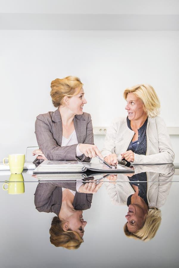 Bedrijfsvrouw in een vergadering royalty-vrije stock afbeelding