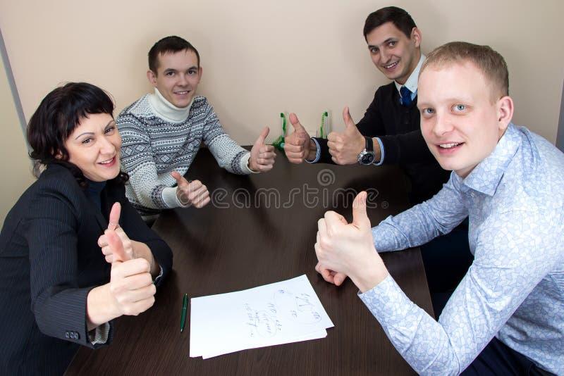 Bedrijfsvrouw en drie gelukkige arbeiders stock afbeelding