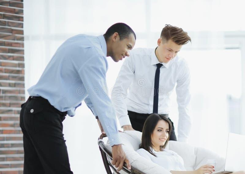 Bedrijfsvrouw en haar medewerker die laptop het scherm bekijken stock afbeelding