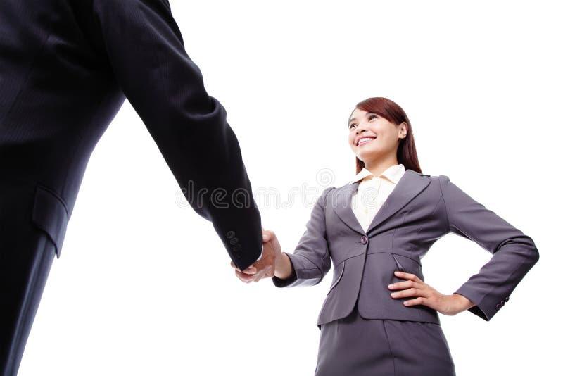 Bedrijfsvrouw en man handdruk stock afbeelding