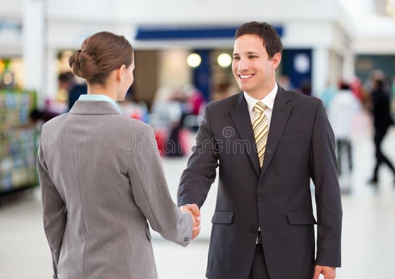 Bedrijfsvrouw en man handdruk Winkelend centrum royalty-vrije stock foto's