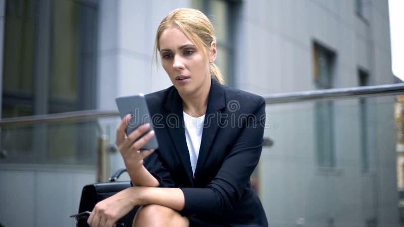 Bedrijfsvrouw geworden bericht over teleurgesteld en verstoord ontslag, problemen royalty-vrije stock afbeelding