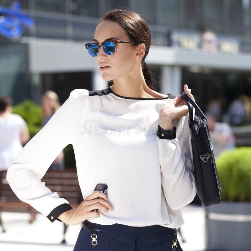 Bedrijfsvrouw met blauwe weerspiegelde zonnebril royalty-vrije stock fotografie