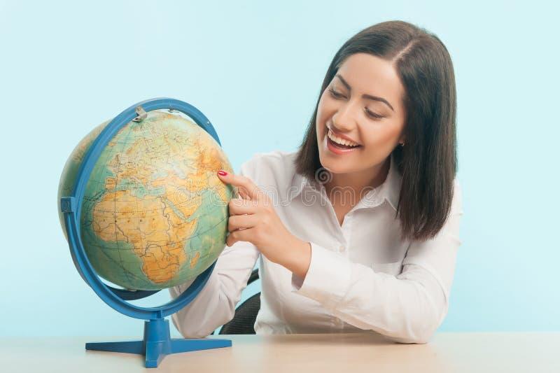 Bedrijfsvrouw met de bol stock fotografie