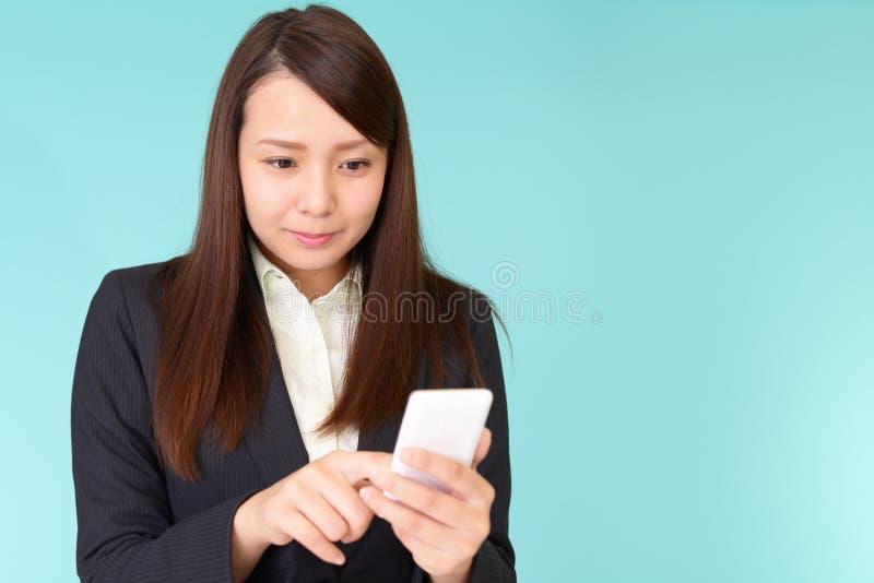 Bedrijfsvrouw met een slimme telefoon royalty-vrije stock afbeelding