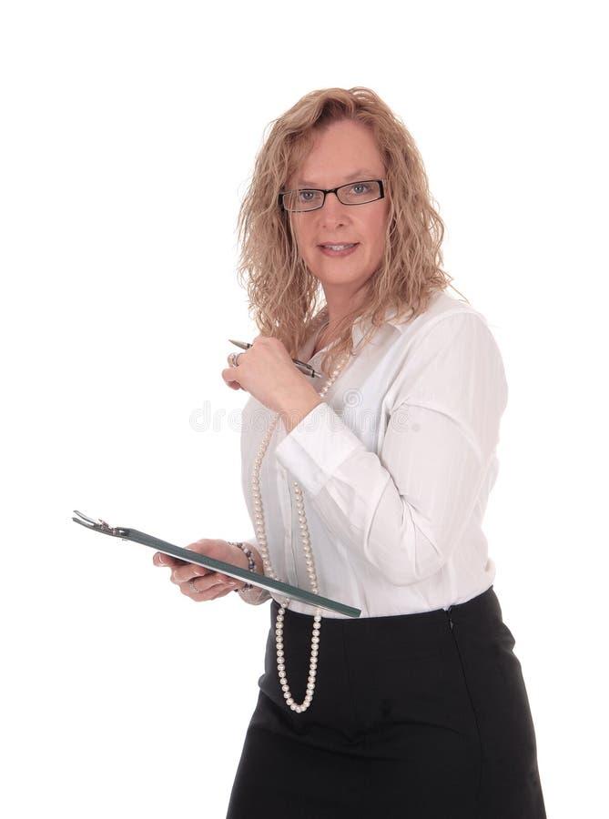 Bedrijfsvrouw met glazen en klembord stock foto's
