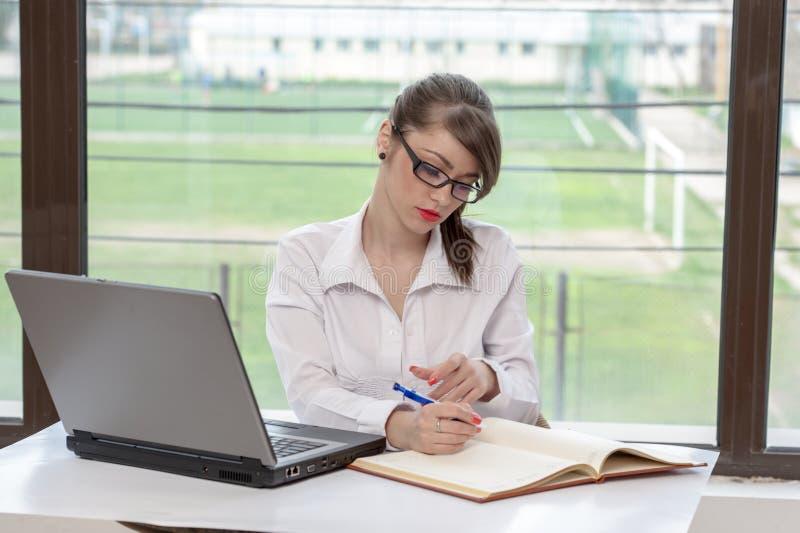 Bedrijfsvrouw met laptop stock foto