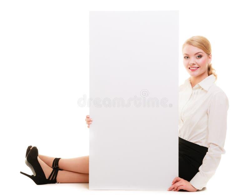 Bedrijfsvrouw met leeg de bannerteken van de presentatieraad. royalty-vrije stock foto's
