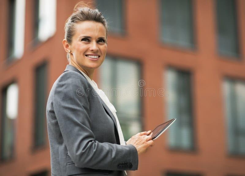 Bedrijfsvrouw met tabletpc voor bureau royalty-vrije stock foto