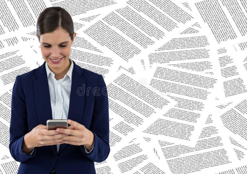 Bedrijfsvrouw met telefoon tegen documentachtergrond royalty-vrije stock afbeeldingen