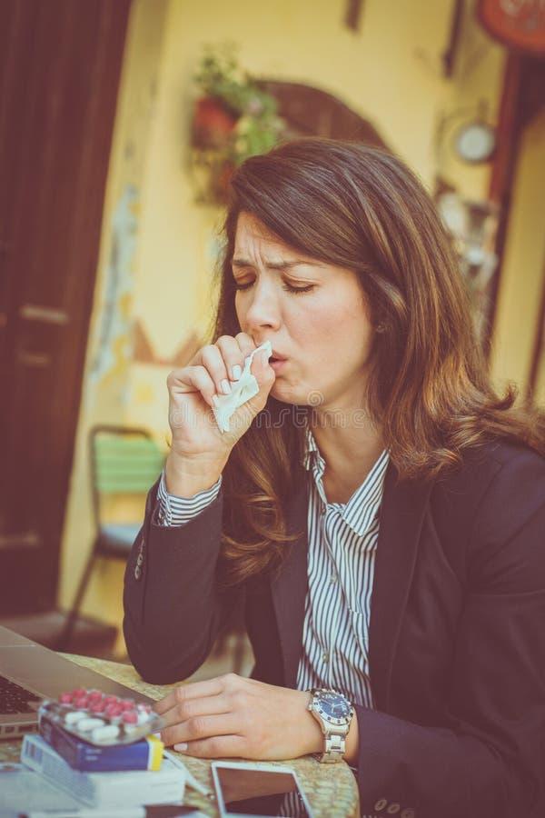 Bedrijfsvrouw met verwarmingspijp die bij koffie werken royalty-vrije stock foto's