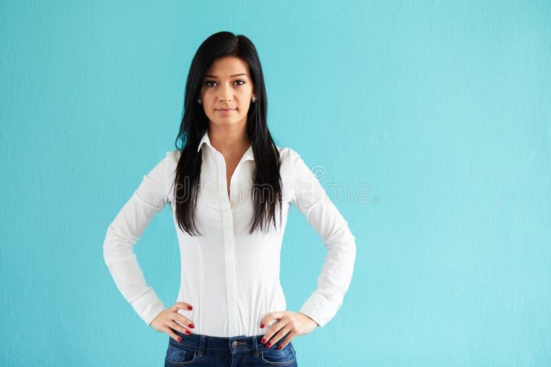 Bedrijfsvrouw op blauwe achtergrond stock foto's