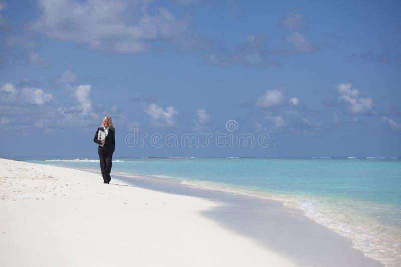Bedrijfsvrouw op de oceaankust royalty-vrije stock fotografie