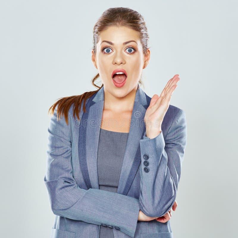 Bedrijfsvrouw verrast, geschokte en holdingshanden dichtbij gezicht royalty-vrije stock foto
