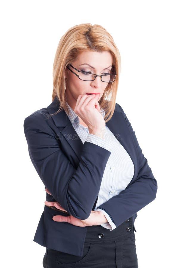 Bedrijfsvrouwen bitting spijkers stock fotografie