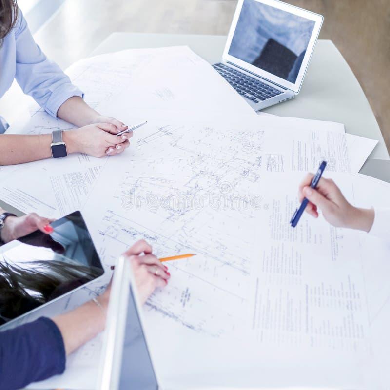 Bedrijfsvrouwen die met bedrijfsproject werken die bedrijfstekeningen gebruiken stock fotografie