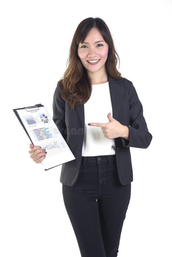 Bedrijfsvrouwen die in pak zwarte omslag met administratie op zuivere witte achtergrond houden stock foto