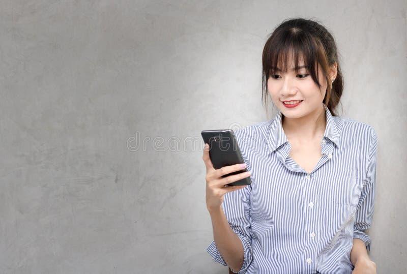 Bedrijfsvrouwen die Slimme telefoon houden stock afbeelding