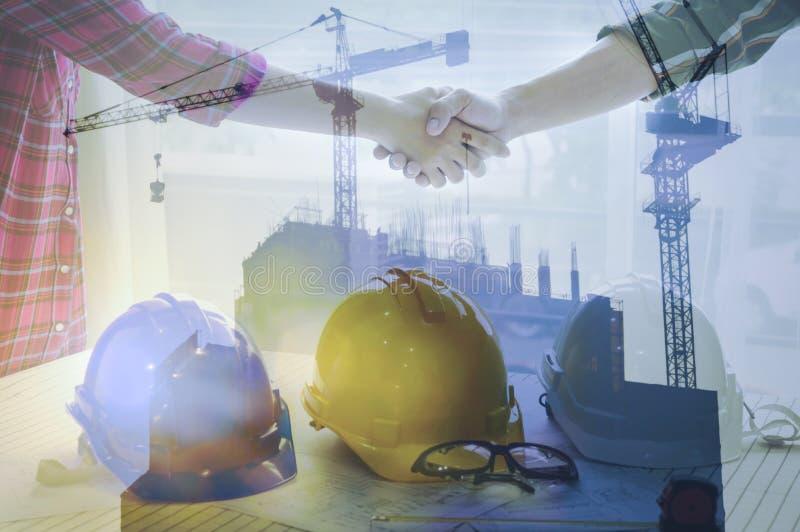 Bedrijfsvrouwen en ingenieurs werkende handdruk van bedrijfsmensen stock afbeeldingen