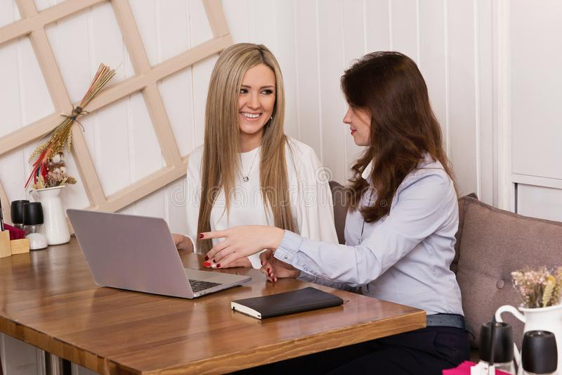 Bedrijfsvrouwen op het werk royalty-vrije stock afbeelding