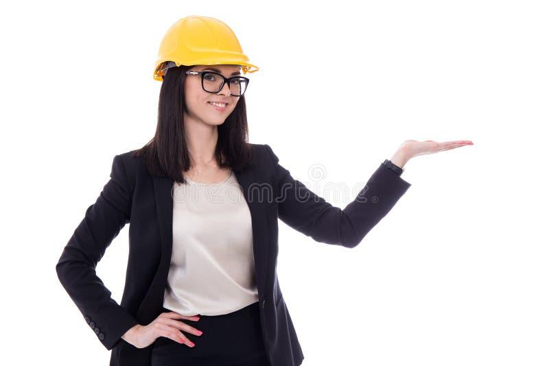 Bedrijfsvrouwenarchitect in het gele helm holding of voorstellen stock foto's
