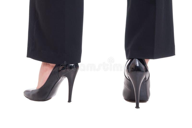 Bedrijfsvrouwenbenen die zwarte leerschoenen met hoge hielen dragen stock foto's