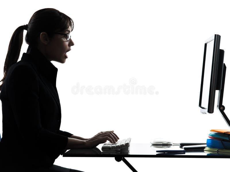 Bedrijfsvrouwencomputer die verrast silhouet gegevens verwerken stock foto's