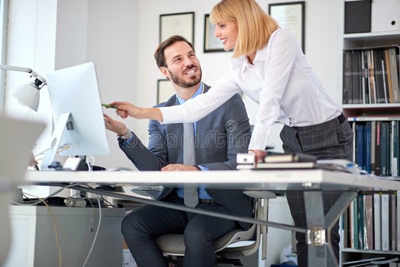 Bedrijfsvrouweneigenaar op kantoor met werknemers het werken royalty-vrije stock foto