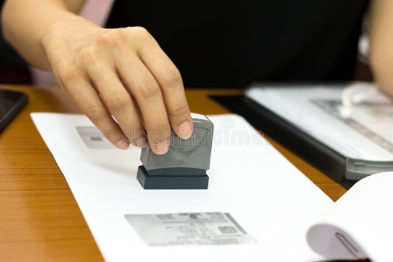 Bedrijfsvrouwenhand die goedgekeurd documentcontract stempelen stock foto's