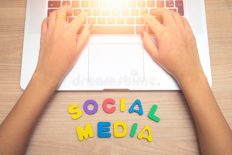 Bedrijfsvrouwenhand die Laptop PC met sociale media brieven met behulp van, sociaal media concept royalty-vrije stock foto