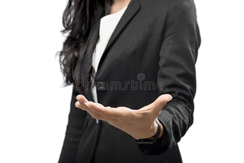 Bedrijfsvrouwenhand met open palm voor copyspacegebied stock foto