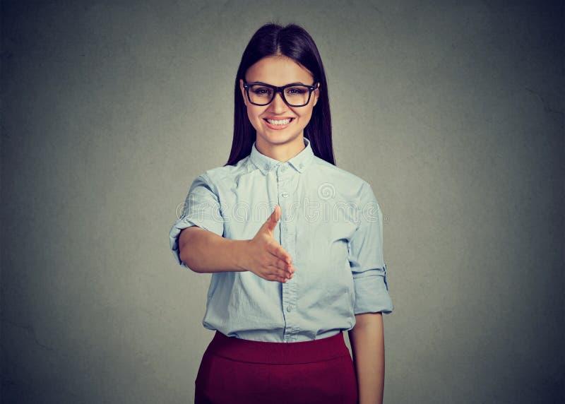 Bedrijfsvrouwenintern die een handdruk geven royalty-vrije stock afbeelding