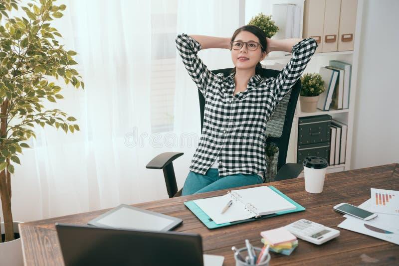 Bedrijfsvrouwenmanager die op bureaustoel liggen royalty-vrije stock foto