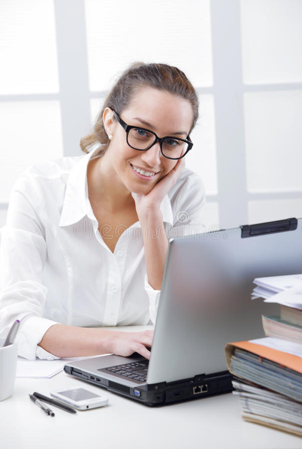 Bedrijfsvrouwenportret in een bureau royalty-vrije stock foto