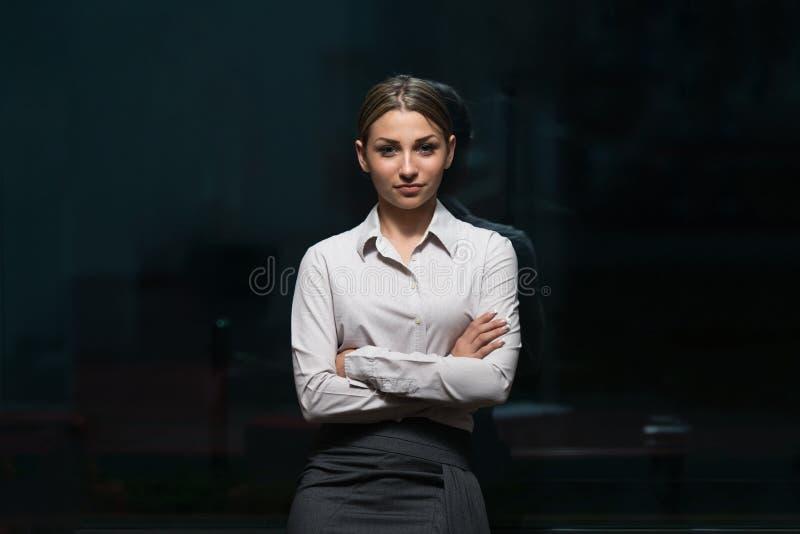 Bedrijfsvrouwenportret - Gekruiste Wapens royalty-vrije stock afbeelding