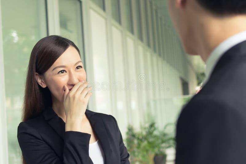 Bedrijfsvrouwenpraatje stock afbeeldingen